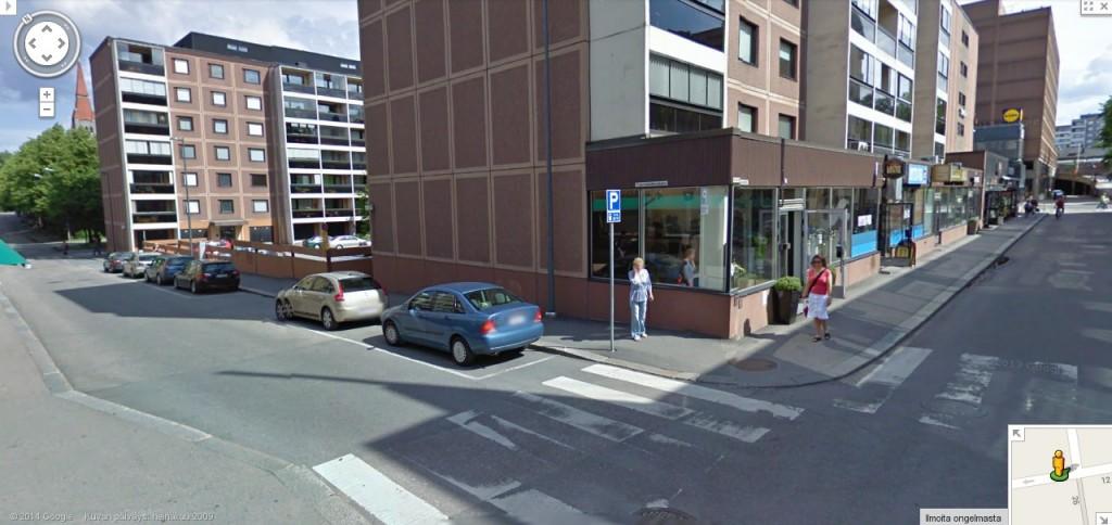 Tuomikirkonkadun ja Kyttälänkadun kulmaus. Huomaa kuinka ruskea rakennus kadun kulmassa on kiinni jalkakäytävässä, jonka kohdalle esitetään eroteltua pyörätietä ja jalkakäytävää. (Kuva: Google Street Maps)