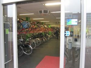 Keskustassa pyöräpysäköintiasemat näyttävät tältä. Tämä asema sijaitsi paikallisen Keskustorin laidalla.