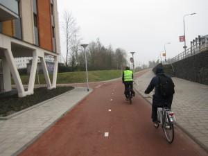 Pääpyöräväylä kaupungista lähiöihin. Huomaa detaljien laadukkuus: sahanterällä on merkittyä pyöräilijöiden keskinäiset väistämisvelvollisuudet ja risteyksessä on liikennepeili, vaikka näkyvyys on kohtalainen.