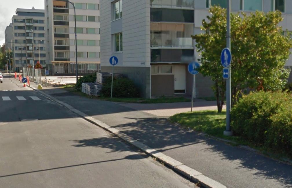"""Sama luonnossa. Näsijärvenkadulla on muutaman kymmenen metrin matkalla """"jalkakäytävä, jolla saa pyöräillä""""."""