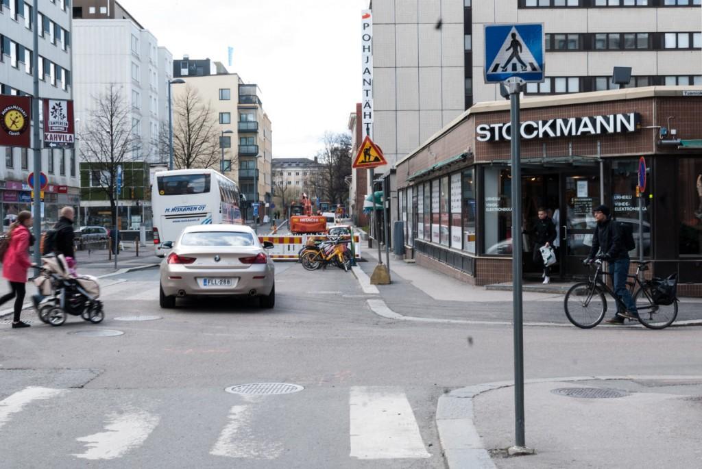 Pyöräilijän ollessa kadun oikeassa reunassa, hän olisi mahdollisimman kaukana risteystä lähestyvästä autosta. Tämä parantaa merkittävästi näkymiä ja antaa aikaa reagoida.